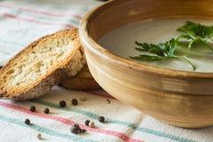 Пюре супа гриба в керамическом шаре с хлебом Стоковая Фотография RF