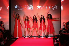Пятая сработанность выполняет на взлётно-посадочная дорожка на красном цвете идти на собрание 2015 платья женщин красное Стоковое фото RF