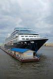 Пятизвездочные поиски Azamara туристического судна в пасмурном дне святой petersburg стоковые изображения