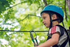 Пятилетний мальчик на веревочк-пути в лесе Стоковые Изображения