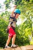 Пятилетний мальчик на веревочк-пути в лесе Стоковое Фото