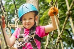 Пятилетняя девушка на веревочк-пути в лесе Стоковые Изображения