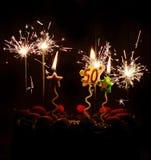 пятидесятые свечи бенгальских огней торта торжества дня рождения Стоковые Фото