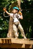 Пятилетний мальчик на веревочк-пути в лесе Стоковое Изображение