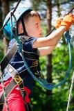 Пятилетний мальчик на веревочк-пути в лесе Стоковое Изображение RF