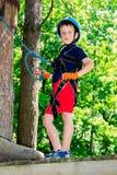 Пятилетний мальчик на веревочк-пути в лесе Стоковые Фотографии RF
