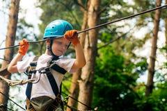 Пятилетний мальчик на веревочк-пути в лесе Стоковая Фотография