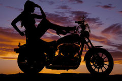 Пятки мотоцикла женщины силуэта поднимают голову руки стоковые изображения rf