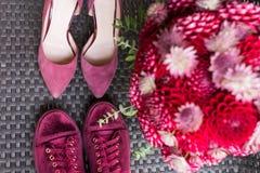 Пятки свадьбы ПРОТИВ bridal тапок Аксессуары красной свадьбы bridal: bridal пятки и тапки цвета marsala, красный bridal букет f Стоковая Фотография RF