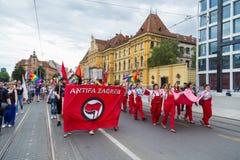 пятнадцатая гордость Загреба Активисты LGBTIQ держа знамя гордости Стоковое Изображение
