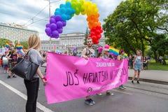 пятнадцатая гордость Загреба Активисты LGBTIQ держа знамя гордости Стоковая Фотография RF