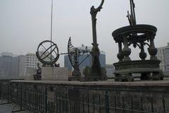 пятнадцатое и аппаратуры XVI века включая экваториальный armilla, астрономический секстант и теодолит азимута на старом Observ стоковые фотографии rf