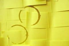 Пятна кофе на желтой бумаге Стоковое Фото