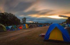 Пятна на шатре Khao Yai, восходе солнца утра с много шатров туристов на празднике, туристский располагаться лагерем в национально стоковое фото rf
