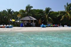 Пятно водных видов спорта пляжа острова Мальдивов под взглядом ладоней Стоковые Фотографии RF