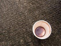 Пятно кофе в дне бумажного стаканчика Стоковые Изображения
