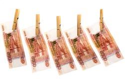 Пять тысяч рублевок на зажимках для белья Стоковое Изображение