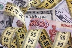 Пять тысяч рублей с рулеткой на банкнотах доллара Стоковая Фотография