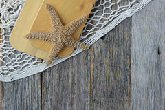 Плавайте весла с сетью, веревочкой и морскими звёздами рыб на древесине Стоковые Изображения