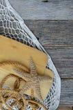 Плавайте весла с сетью, веревочкой и морскими звёздами рыб на древесине Стоковые Изображения RF