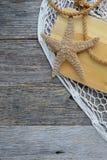 Плавайте весла с сетью, веревочкой и морскими звёздами рыб на древесине Стоковая Фотография