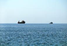 Плавание военного корабля в неподвижной воде Стоковое Изображение RF