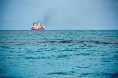 Плавание грузового корабля в Индийском океане Стоковая Фотография RF