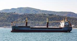 Плавание грузового корабля в океане Стоковые Фото