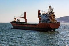Плавание грузового корабля в океане Стоковое Изображение