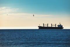 Плавание грузового корабля в океане Стоковое Фото