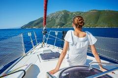 Плавание девушки на яхте в Греции Стоковая Фотография