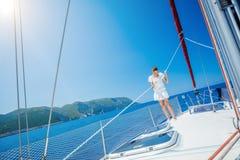 Плавание девушки на яхте в Греции Стоковые Фотографии RF