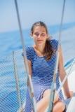Плавание девушки на яхте в Греции Стоковые Изображения RF