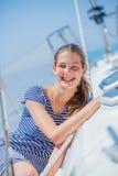 Плавание девушки на яхте в Греции Стоковое Изображение