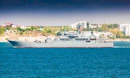 Плавание линкора от порта Стоковое Изображение