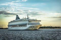 Плавание корабля далеко от порта к морю в вечере Стоковые Фото