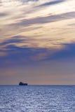 Плавание корабля на заходе солнца Стоковая Фотография RF