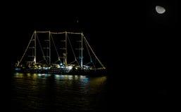 Плавание корабля на ноче Стоковая Фотография RF