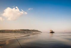 Плавание корабля на реке с волнами Стоковые Изображения RF