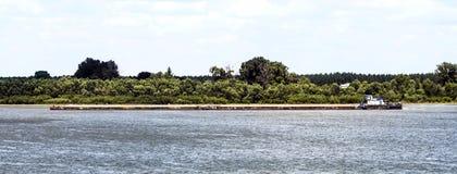 Плавание корабля топливозаправщика на реке Стоковое фото RF