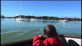 Плавание маленькой девочки видеоматериал