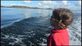 Плавание маленькой девочки сток-видео