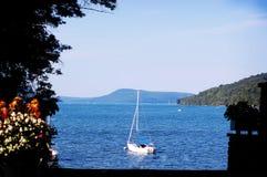 Плавание маленькой лодки в заливе вне к океану Стоковые Изображения RF