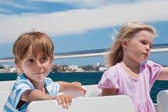 Плавание мальчика и девушки на яхте Стоковое Изображение