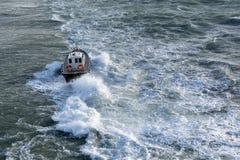 Плавание моторной лодки на море Стоковые Фото