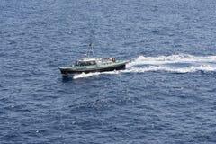 Плавание моторной лодки на море Стоковые Изображения RF
