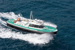 Плавание моторной лодки на море Стоковая Фотография RF
