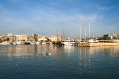 Плавание, моторные лодки и малое скрещивание рыбацкой лодки утихомиривают воды в гавани Марины Zeas Pireas Греция Стоковые Фото