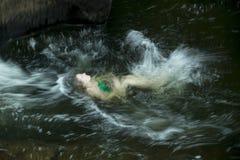 Плавание на спине заплывания молодой женщины, брызгая, река сахара, Ньюпорт Стоковые Изображения RF