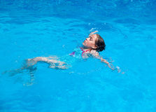 Плавание на спине заплывания ребенка Стоковое Изображение RF